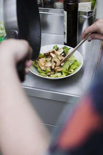 Iiron halloumisalaatissa kaikki vihannekset salaattia lukuun ottamatta paistetaan pannulla. Kuva: Johanna Jarva.