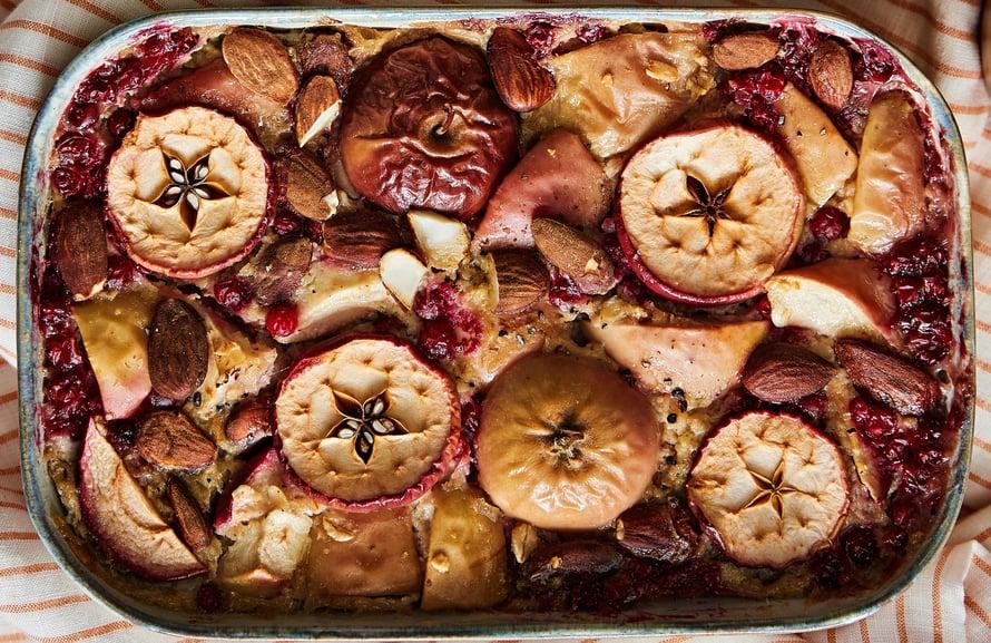 Uunipuuron joukkoon voi sekoittaa vuoassa omenoita, manteleita ja puolukoita.