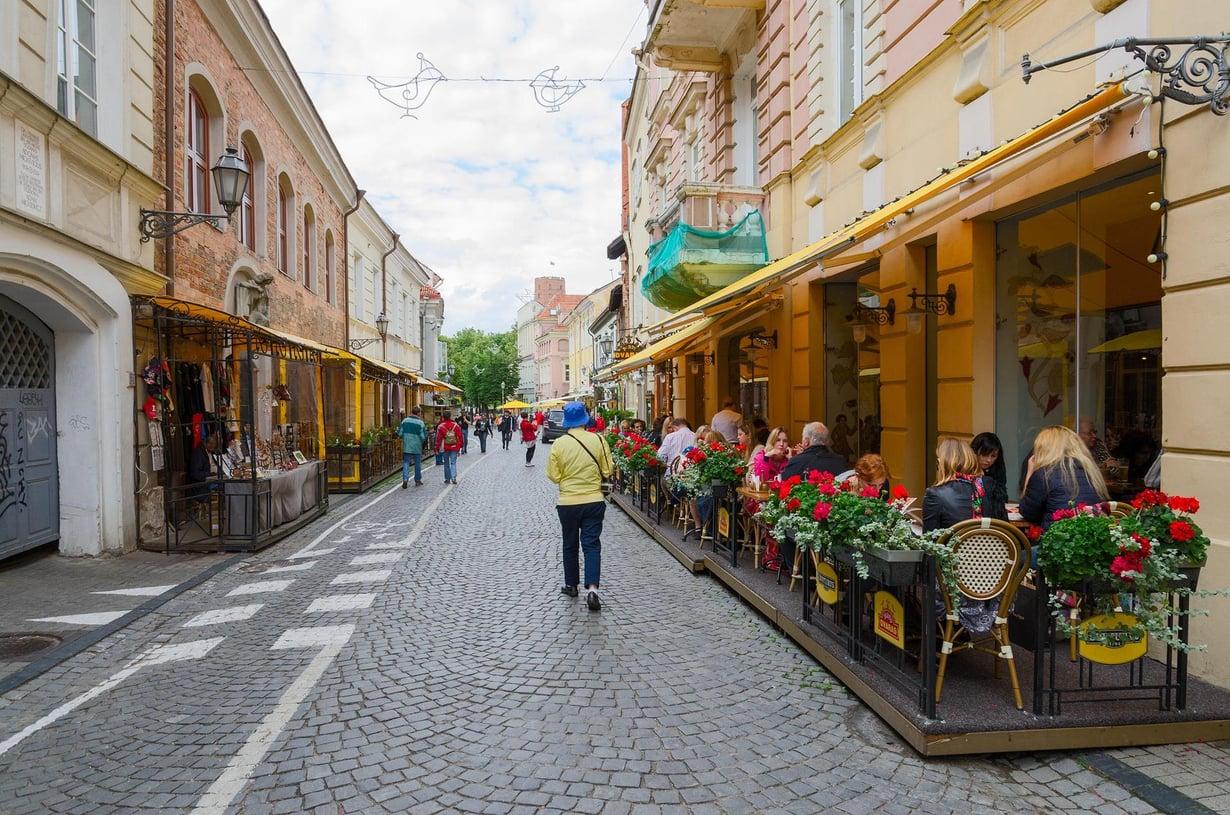 Vilnan Pilies Gatvella on useita kahviloita ja kivoja kauppoja. Kuva: Katsiuba Volha / Shutterstock