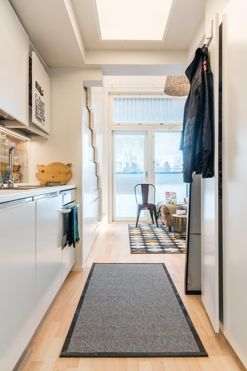 Näkymä keittiöstä alakerran olohuoneeseen. Kuva: Miljan kotialbumi