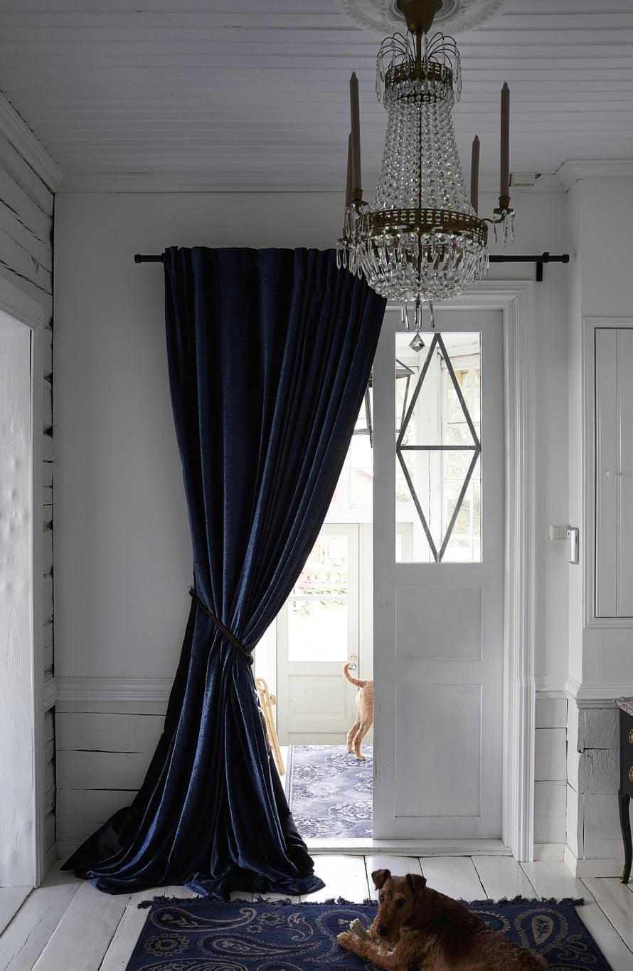 Aulaan laitettiin muhkeat siniset samettiverhot ja samansävyinen matto.