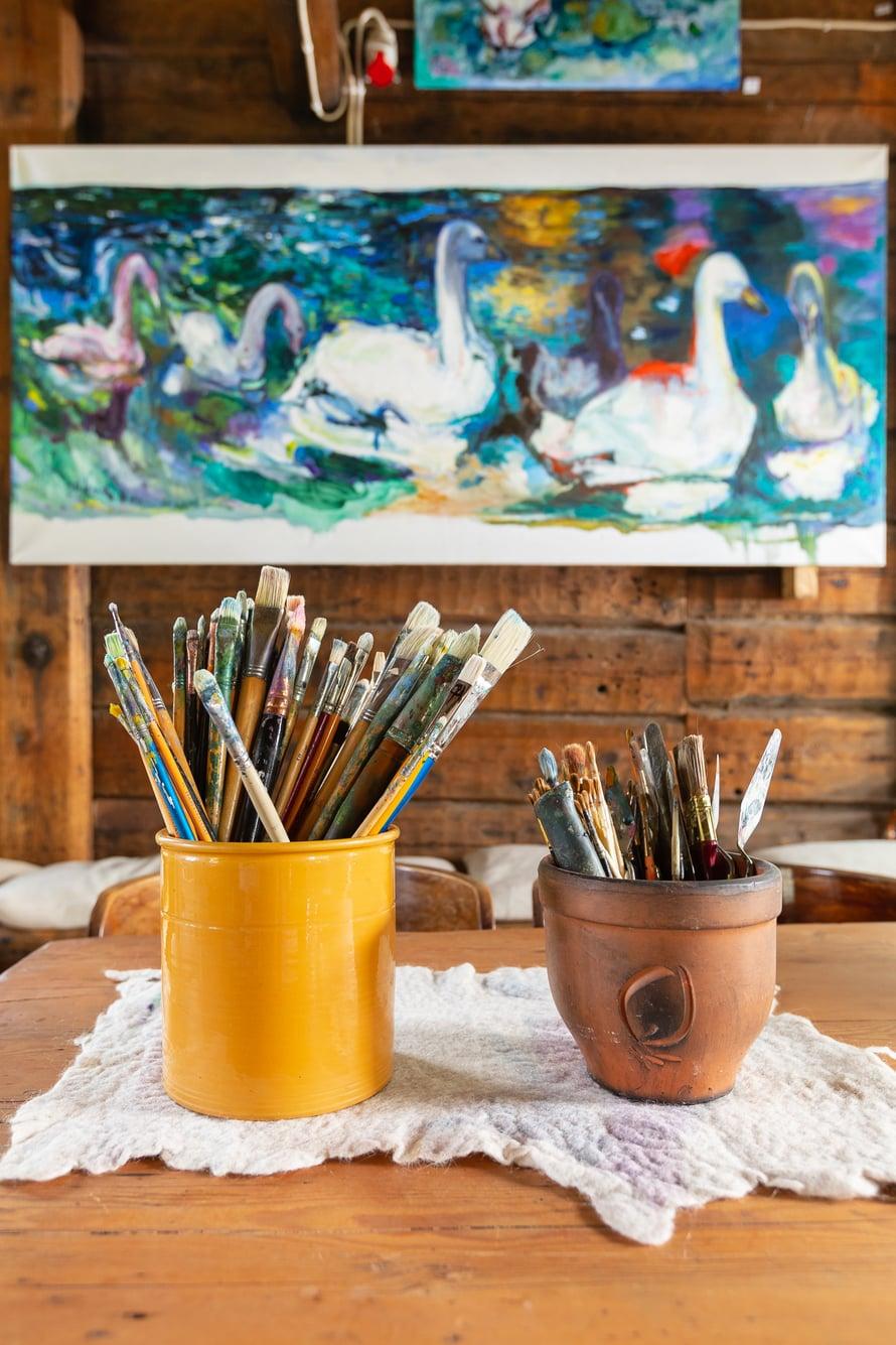 Suuret joutsentaulut Oili maalasi hurjan inspiraation vallassa.
