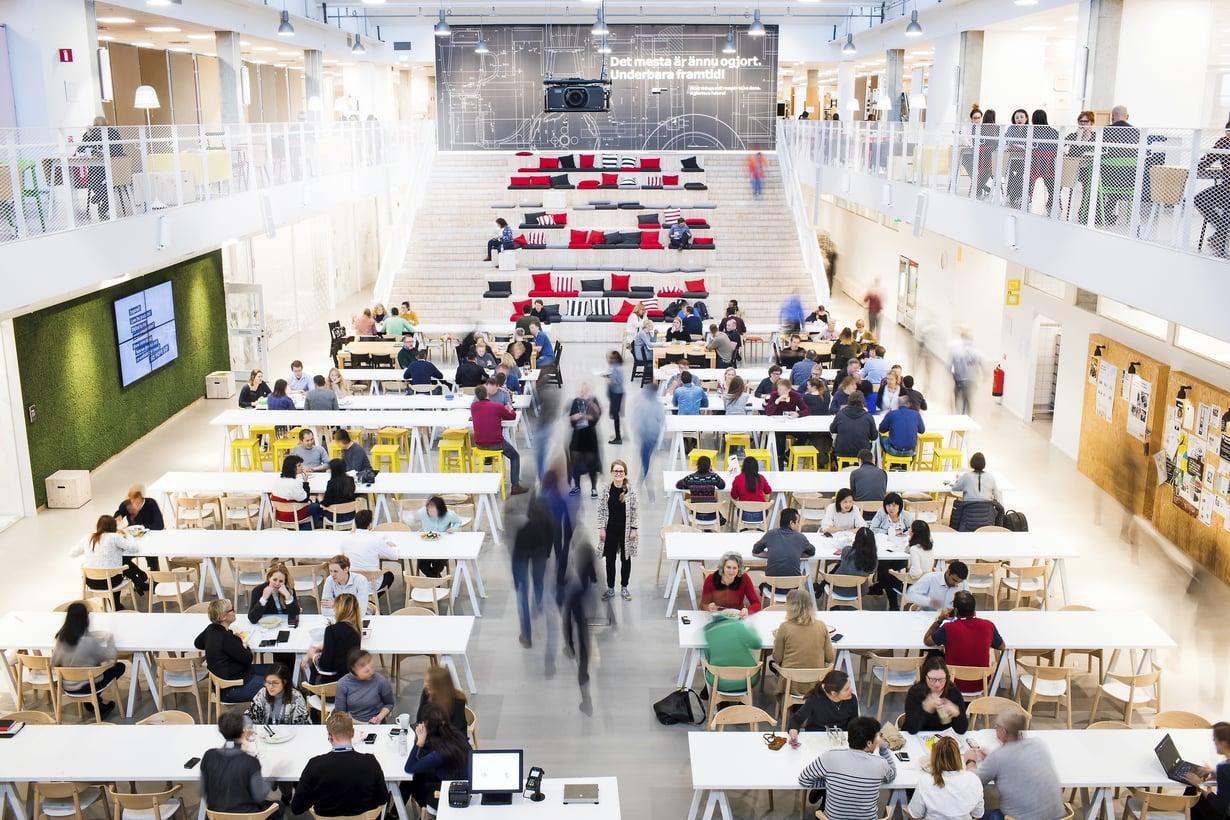 Kansainvälisyys näkyy hyvin Demokraattisessa Designkeskuksessa lounasaikaan. Kuvat: Satu Kemppainen