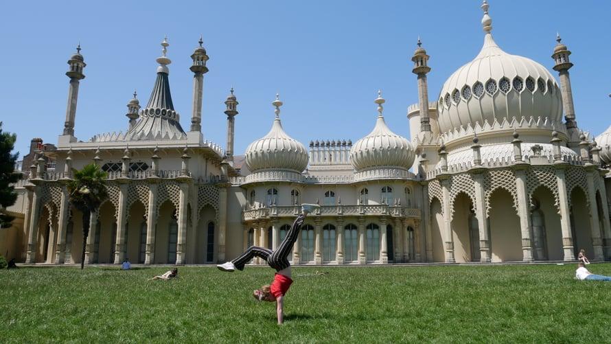 Velma seisoo käsillään Brightonin Paviljongin edessä, mistä kaikki alkoi.