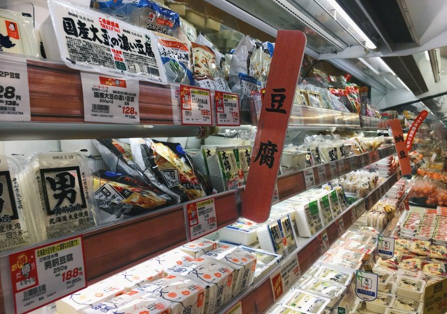 Oikean tofun valitseminen ei ole niin helppoa, kun valikoima on pari kertaa tämän hyllyn kokoinen.