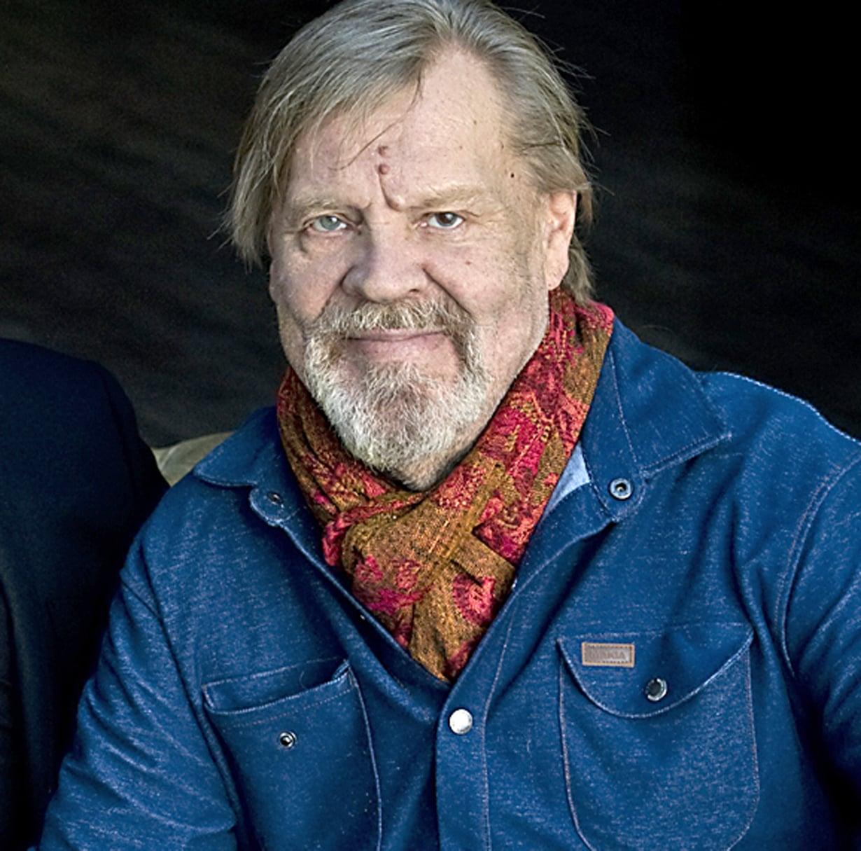 Vesa-Matti Loiri kertoi Hjallis-ohjelman kuvauksissa painaneensa pahimmillaan 154 kiloa. Vatsalaukun ohitusleikkauksen jälkeen paino on pudonnut 70 kiloa. Kuva: Sakari Majantie
