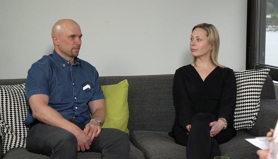 Viidennessä jaksossa Petri ja Mari olivat Elina Tanskasen vastaanotolla ja istuutuivat niin kauaksi toisistaan kuin mahdollista. Kuva: Mtv3