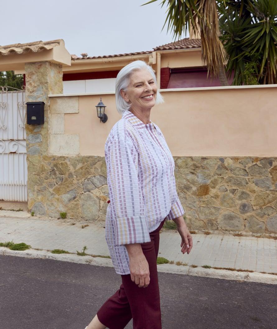 Asussa kannattaa leikitellä väljyydellä joko ala- tai yläosassa. Vajaamittaiset housut pitävät asun sirona. Väljästi mitoitettu ruutupaita 219 €, House of Dagmar. Vajaamittaiset housut 149,90 €, Gant.