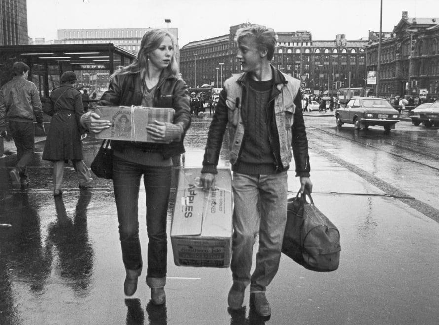 Täältä tullaan elämä -elokuvan pääosissa olivat Kati Outinen ja Esa Niemelä.