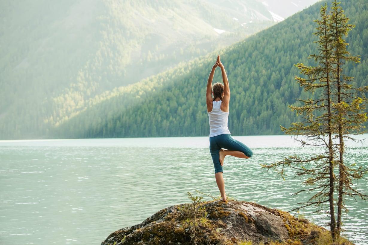 Yogaian avulla joogaohjaajan voi ottaa mukanaan vaikka vuoristoon. Kuva: Shutterstock