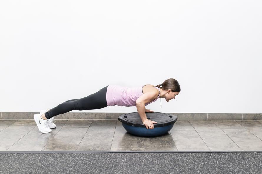 Bosu-puolipallon avulla myös kehonhallinta kasvaa kohisten. Kuvat: Amanda Aho