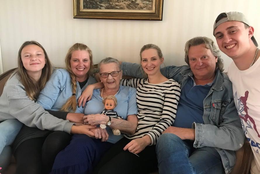 """Turussa 2019. """"Kuvassa ovat tyttärentyttäreni Madeleine, tyttäreni Heidi, äitini Raija, tyttäreni Kastanja, minä sekä tyttärenpoikani Benjamin."""""""