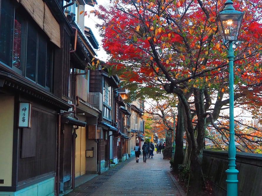 Moni teekauppa on sulkenut ovensa jo neljän jälkeen iltapäivällä Kazuemachissa.