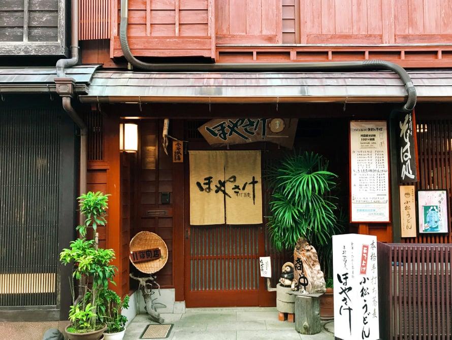 Haluaisin niin kurkistaa jokaisen oven taakse. Valitettavasti monessa paikassa on sisällä kuvaaminen kielletty Higashissa, enkä todellakaan uskaltanut rikkoa näitä japanilaisia sääntöjä.
