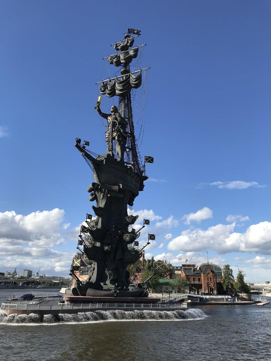 Zurab Tseretelin suunnittelema 97-metrinen Pietari Suuri -monumentti on valittu useasti maailman rumimpien patsaiden listoille. Taustalla Punainen lokakuu -kulttuurikeskus.