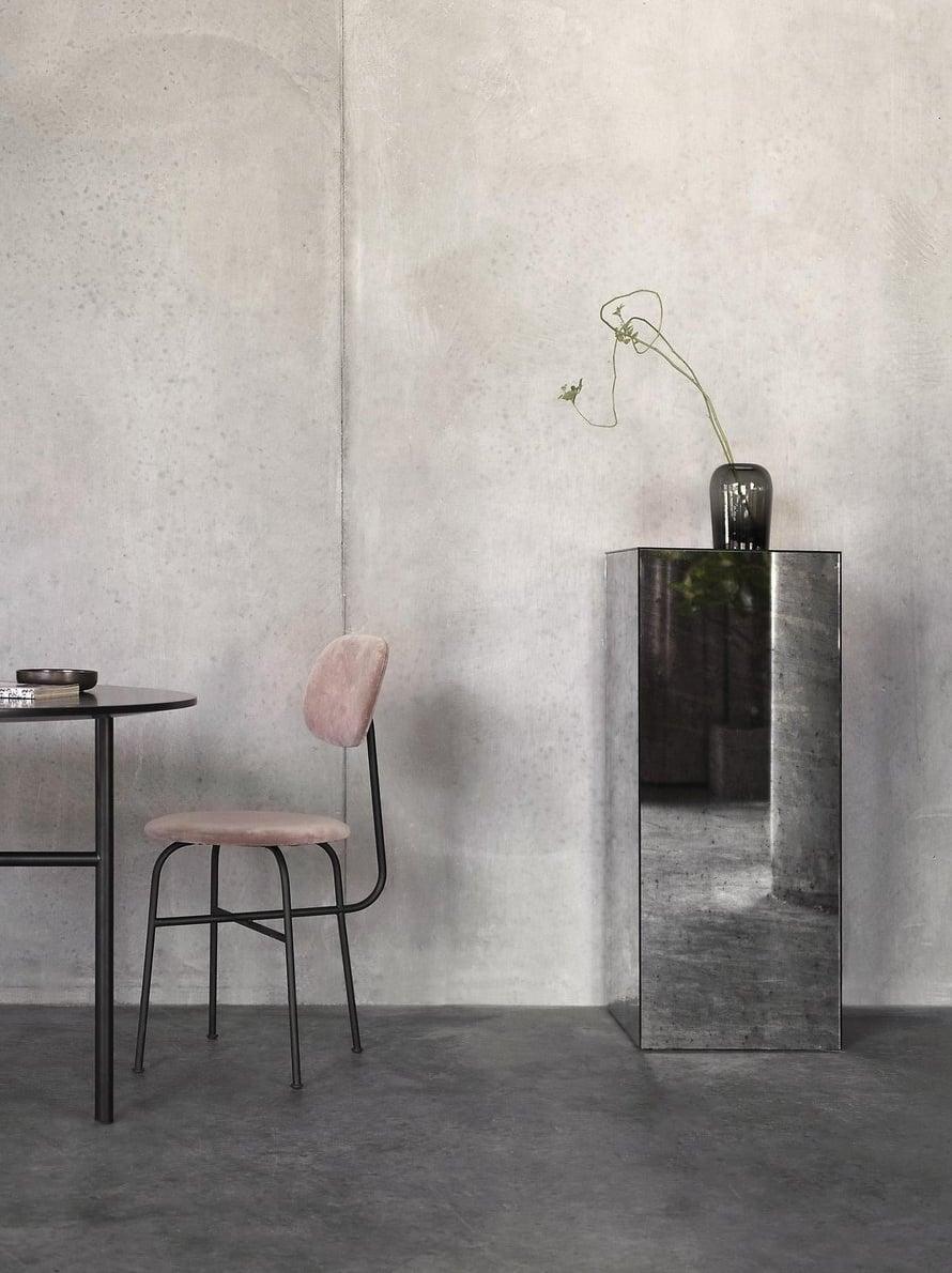 Massiivinen pilari muuttuu kevyeksi ja aineettomaksi, kun se on päällystetty peilillä. Afterroom-tuoli on Menun.