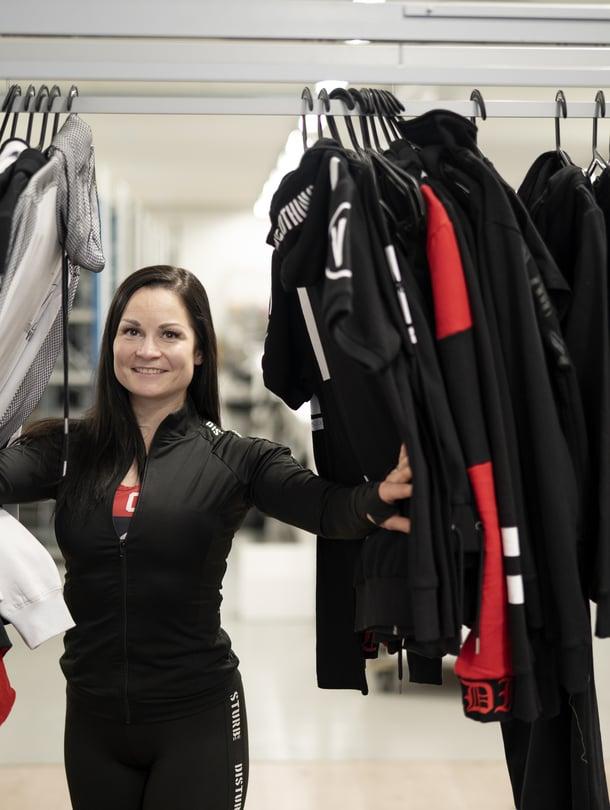 Sporttivaatteita, käyttövaatteita, nykyään myös kiinteistöbisnestä ja oma drinkki – Tiina Skinnarin bisnekset ovat levinneet monelle alalle.