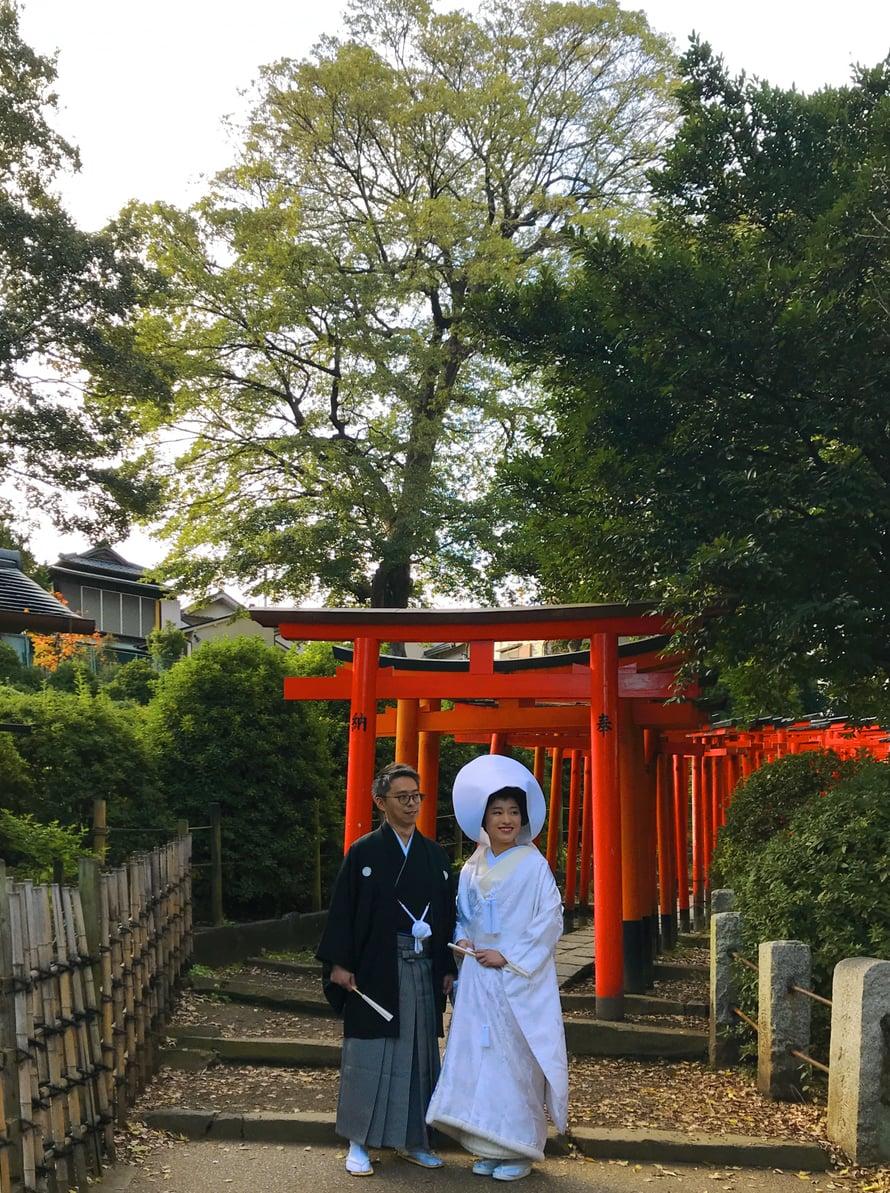 Hääpari temppelin värikkäimmässä paikassa.