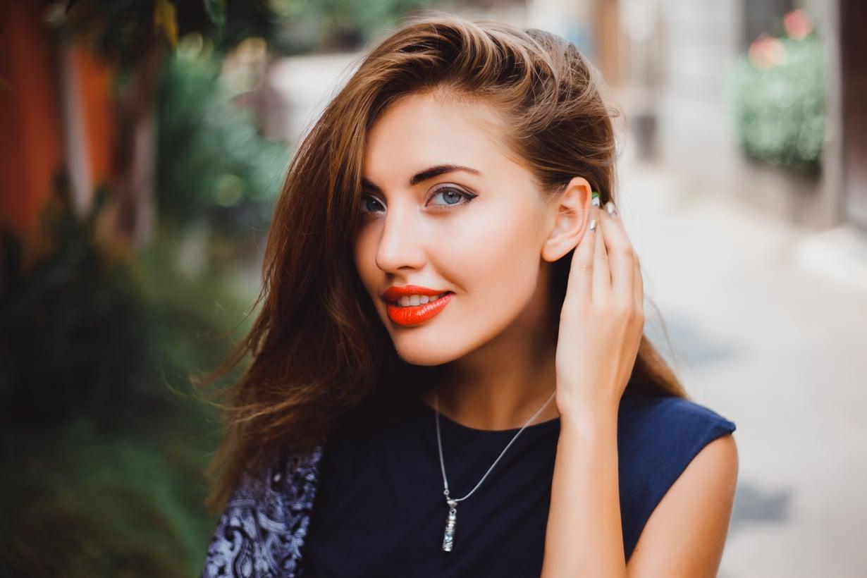 Hiukset voi hämätä näyttämään tuuheammilta myös tekemällä ilmavan sivujakauksen. Kuva: Shutterstock