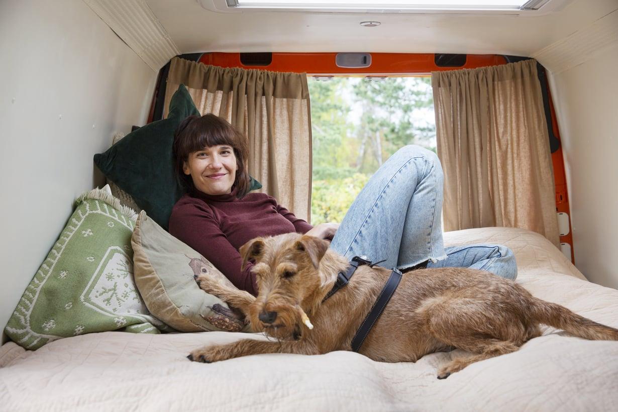 Aino Huilajan ja Arska-koiran pakukodin sänky on koko auton levyinen ja leveämpi kuin Helsingin-kodissa. Sänkyrakenteen alla on iso säilytystila, jossa pidetään esimerkiksi vaatteet ja muut tarvikkeet.