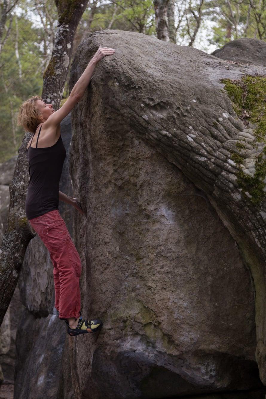 Helena Siipi treenaa boulderointia talvisin hallissa ja kesäisin luonnossa.
