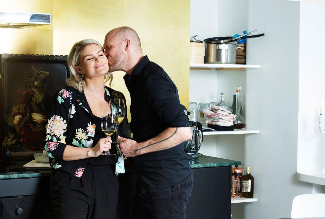 Teemu Aura ja Jenna Vaartimo ehtivät olla lähes kaksi vuotta etäsuhteessa.  Pari kertoi tarinansa elokuussa Me Naisten haastattelussa.