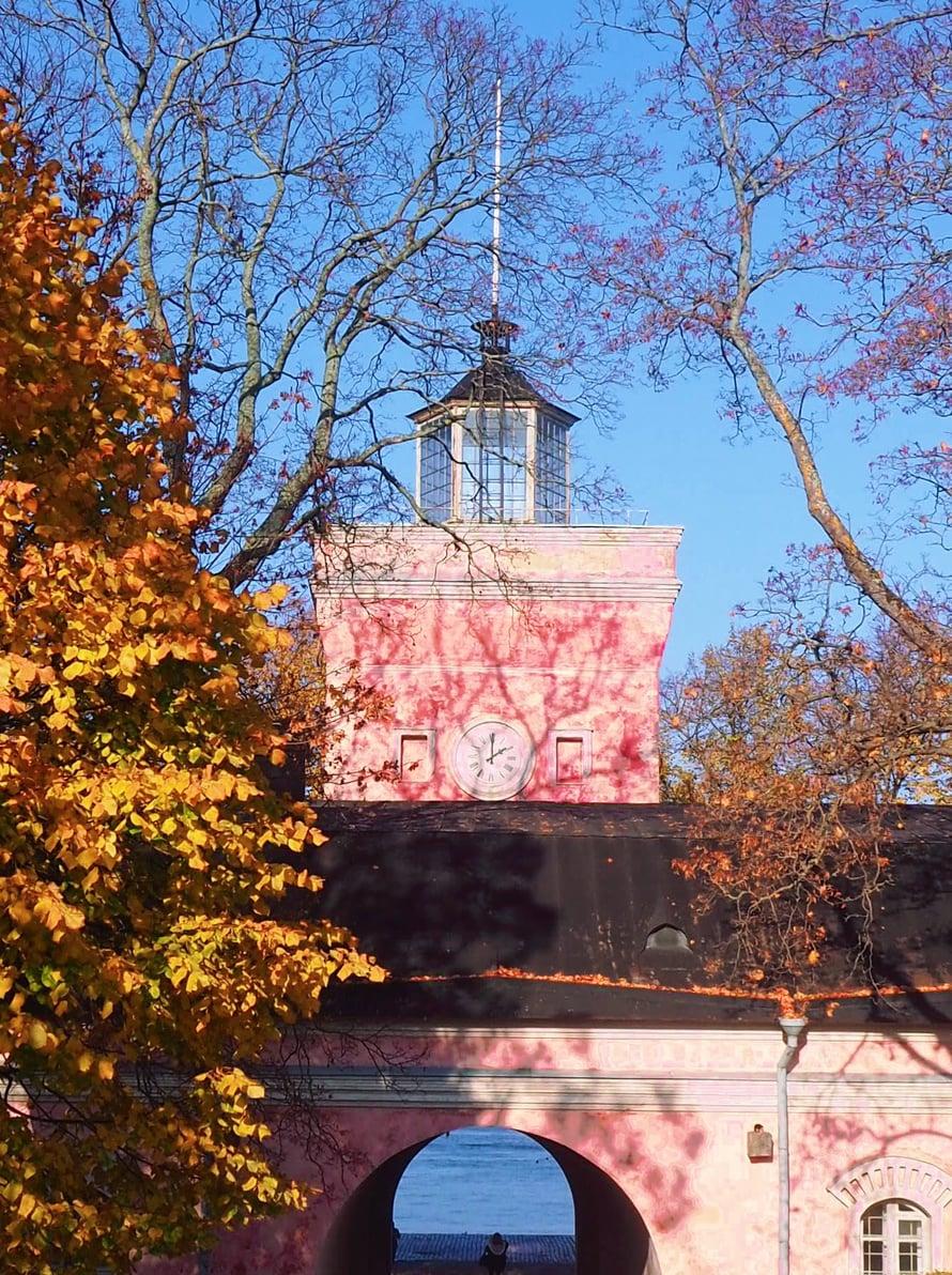 Suomenlinnan lokakuinen ruska on niin kaunis, että muutama kuva siitäkin tähän vielä lopuksi.