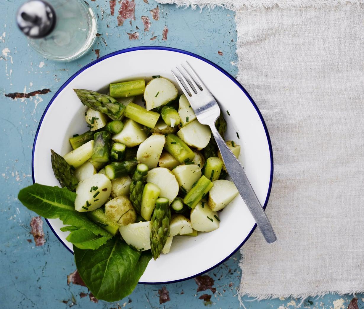 Parsa-perunasalaatti maistuu erityisen herkulliselta alkukesästä, kun tarjolla on varhaisperunoita. Kuva: Sami Repo