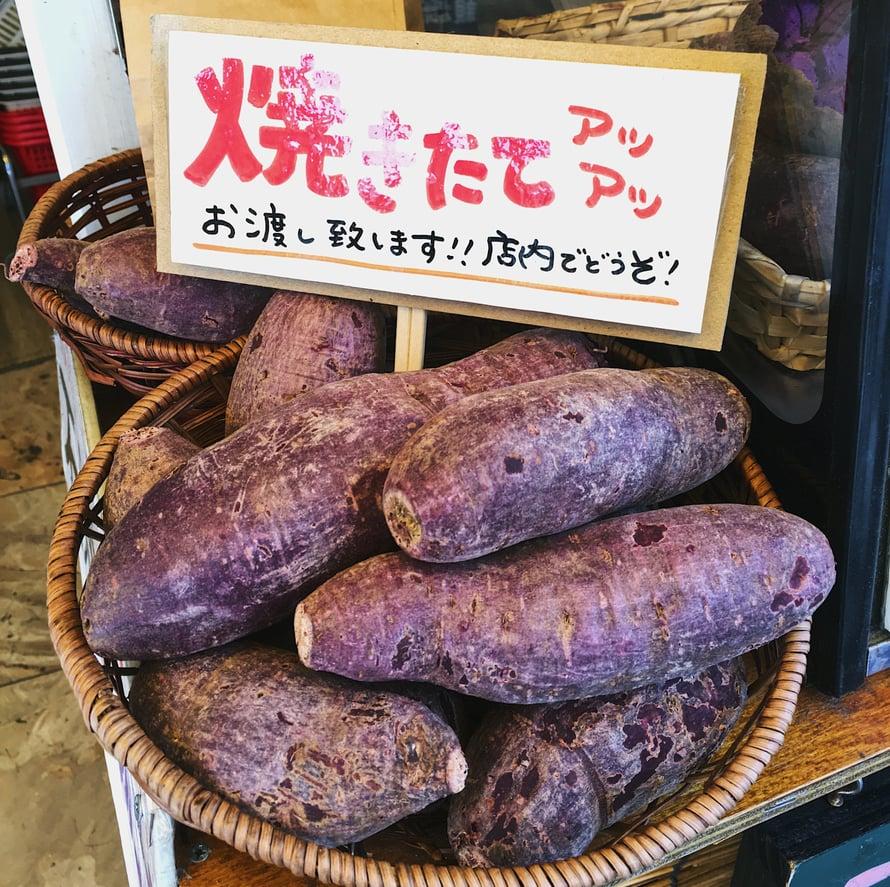 Torit ovat täynnä violettia perunaa. Okinawalla kun ollaan.