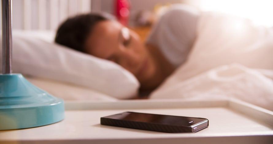 Sängyn viereen ei ole viisasta jättää yöksi mitään laitetta latautumaan. Jos laite syttyy, on saman tien itse tulipalon keskellä.
