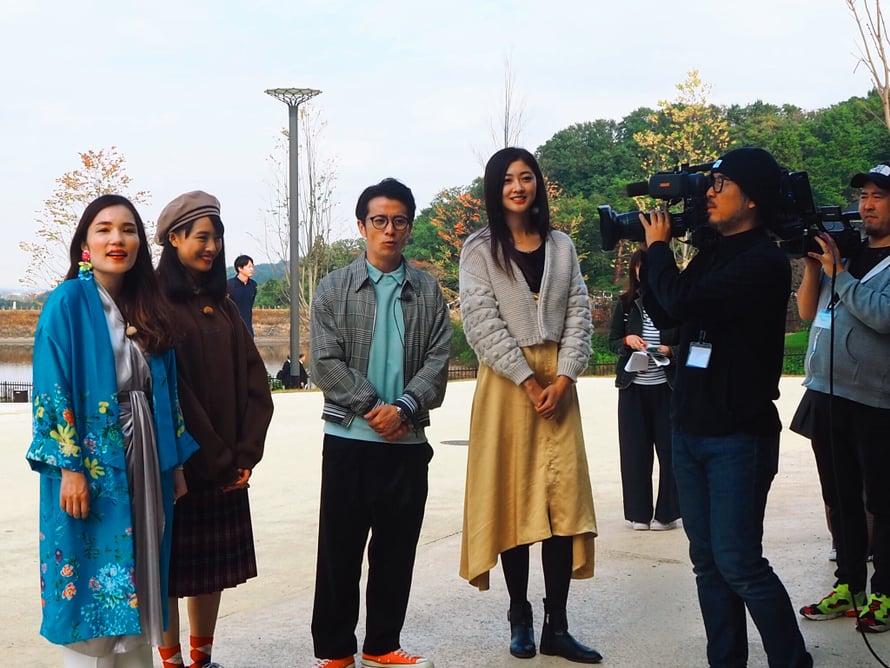 Japanilainen koomikko Nora Hirano oli myös paikalla ensimmäisenä päivänä kuvausryhmänsä kanssa.