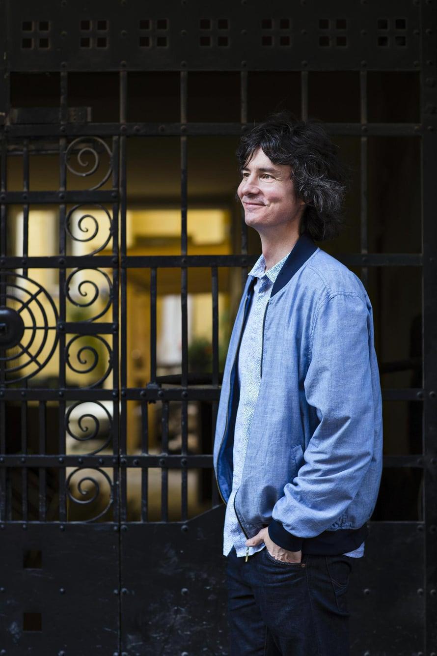 """Antti Tuomaisen kuudes romaani julkaistiin juuri. """"Olen halunnut kirjailijaksi 18-vuotiaasta asti"""", hän sanoo. Kuva: <span class=""""photographer"""">Anna Huovinen</span>"""