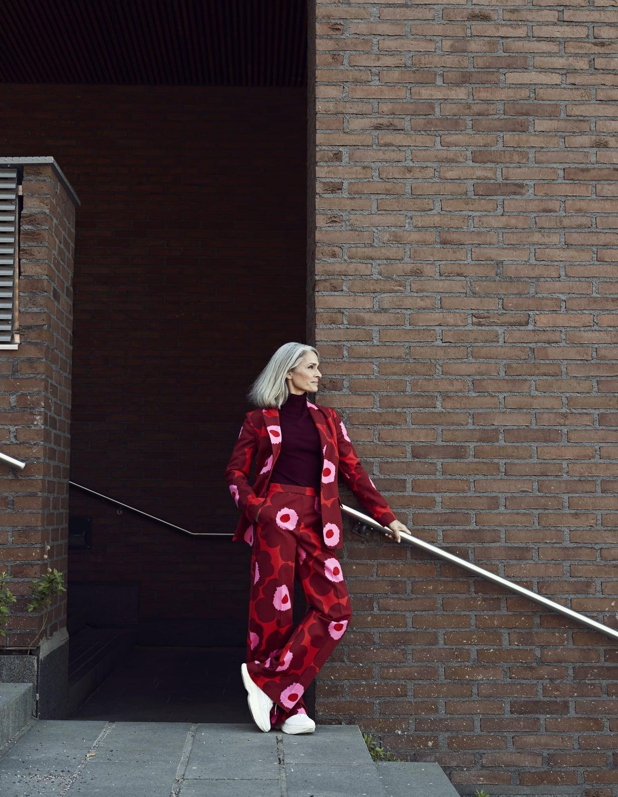 Parempi parina! Vahvakuosinen jakku puetaan samankuosisten housujen kanssa. Marimekon kapealinjainen jakku 350 € ja leveälahkeiset housut 260 €, ovat mukavaa puuvillaelastaania. Alla villasekoitepoolo 39,99 €, Esprit. Valkoiset lenkkarit 119 €, Agnes Cecilia.
