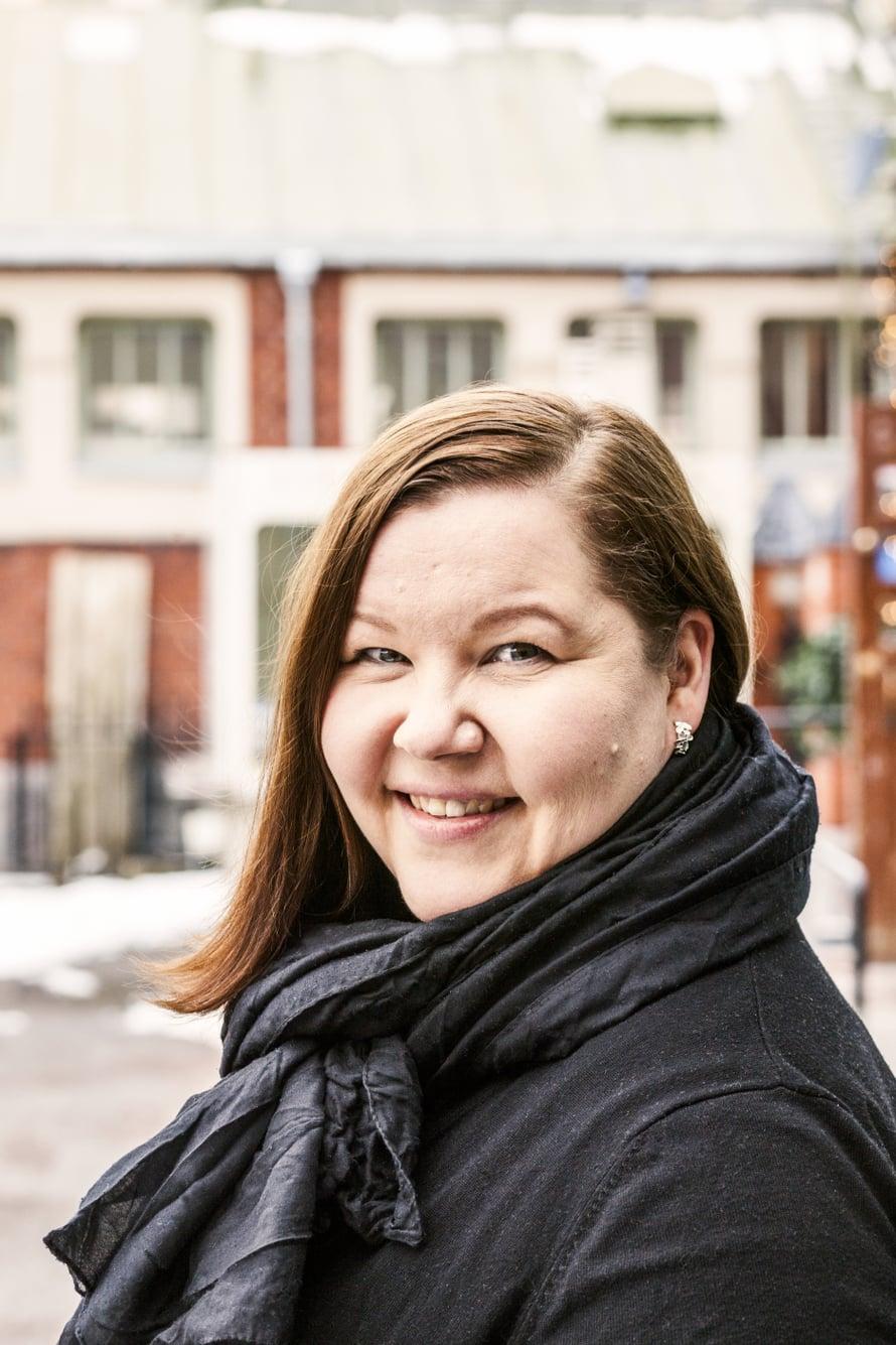 """Surututkija Mari Pulkkinen on kokenut elämässään myös monta henkilökohtaista menetystä. Kuva: <span class=""""photographer"""">Schildts & Söderströms</span>"""