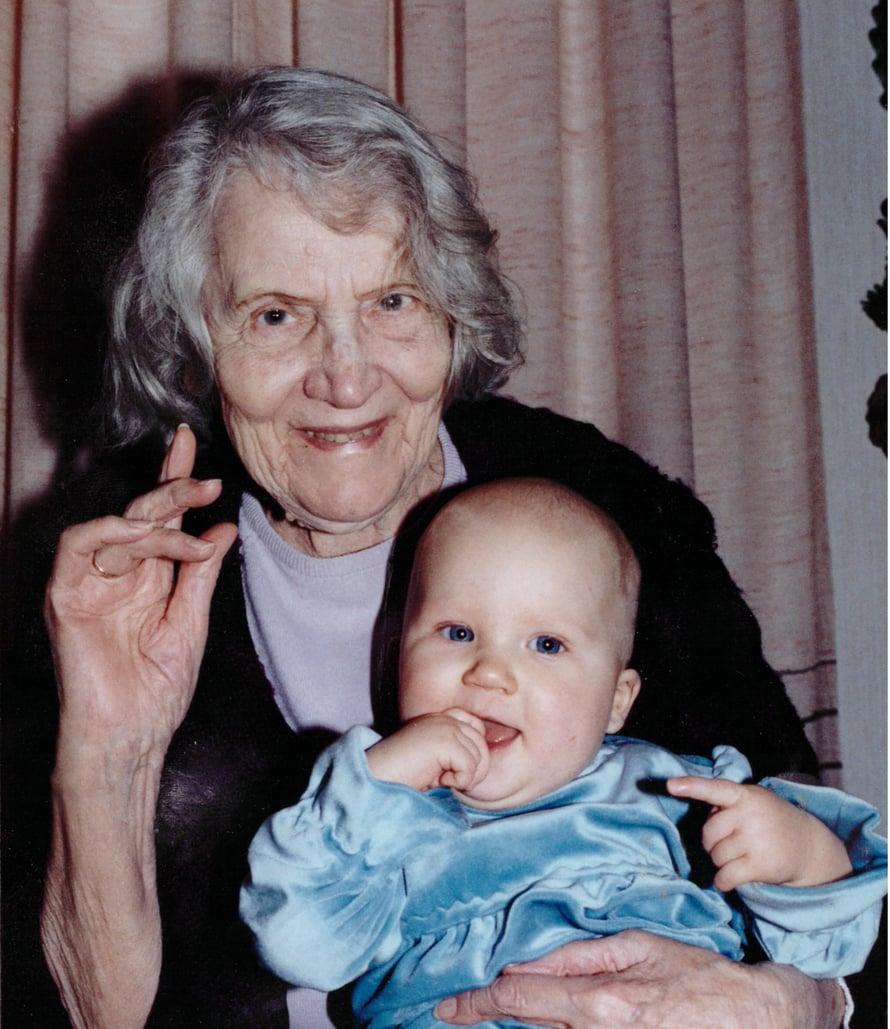 """Suomen vanhin ihminen Helfrid Eriksson syntyi 23.6.1908. Kuvassa Helfrid lapsenlapsenlapsensa kanssa vuonna 2003. Kuva: <span class=""""photographer"""">Helfrid Erikssonin perhealbumi</span>"""