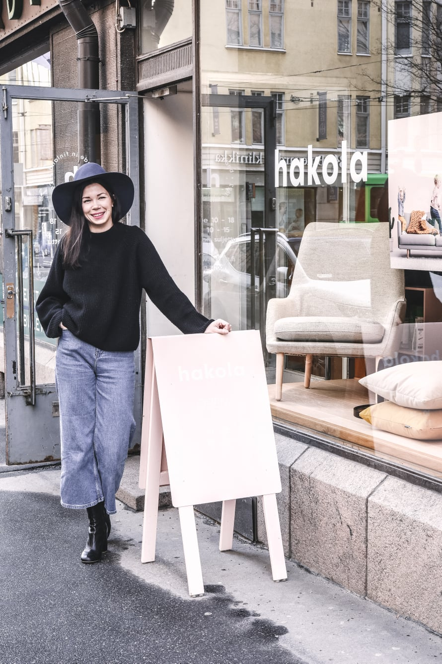 """Annaleena suosii pukeutumisessaan kotimaisia brändejä kuten Samujia ja Marimekkoa. """"En voisi edustaa yritystämme lapsityövoimalla tuotetussa vaatteessa."""""""