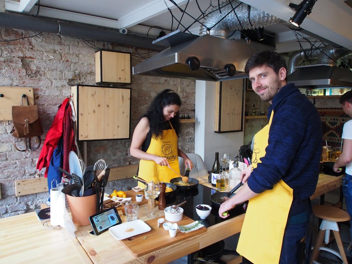 Budapest Makery -ravintolassa pääsee kokkaamaan itse.