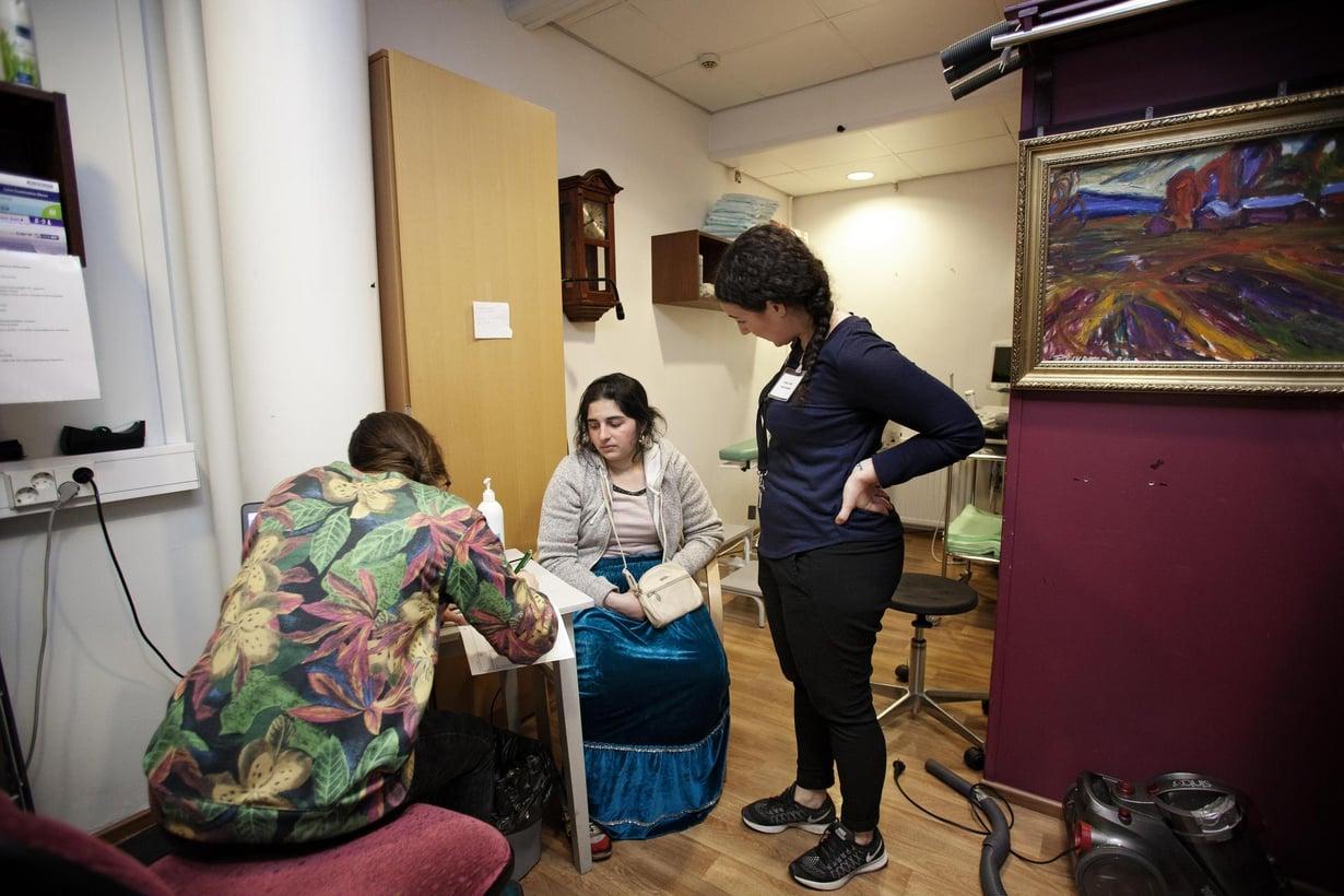 Adelan raskaus on ei-toivottu. Moona (vas.) ja Janita voivat auttaa raskaudenkeskeytyksen järjestämisessä. Kuvat: Susanna Kekkonen