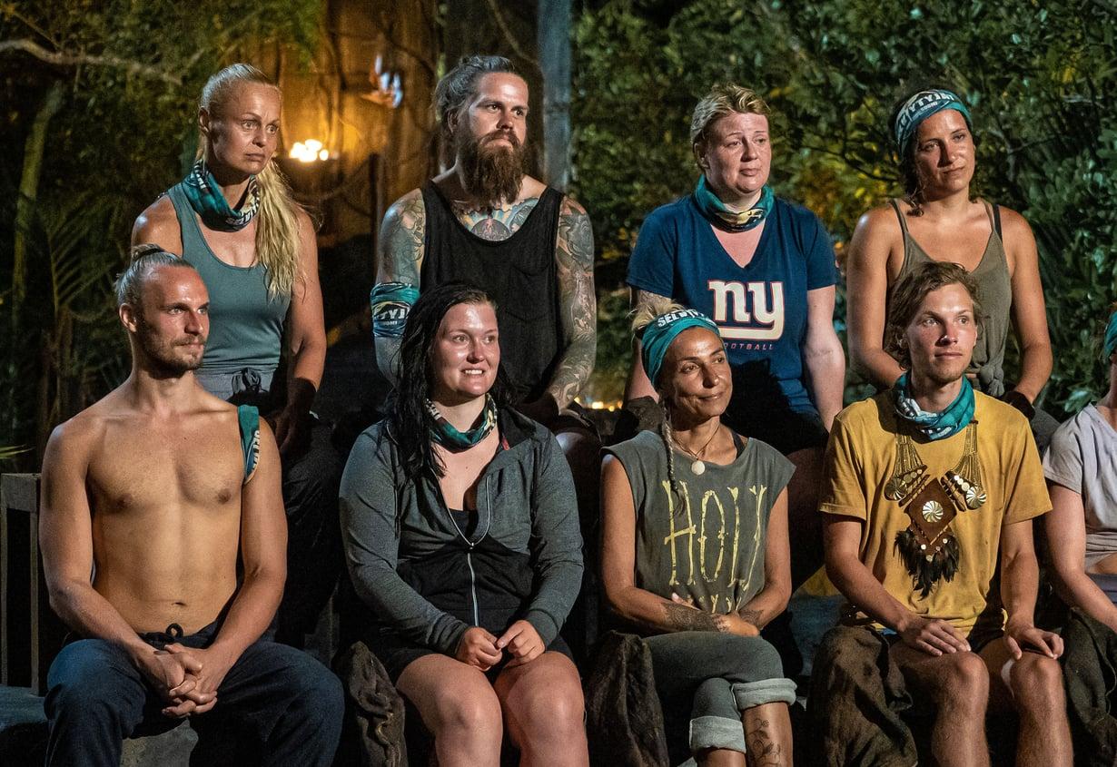 Tuo mies tuossa ilman paitaa on tietysti Kai, toiselta nimeltään Tarzan. Hänen vieressään istuvat Nora, Inga ja Kasperi. Ylärivisssä ovat Taina, Juhani, Anu ja Viivi.