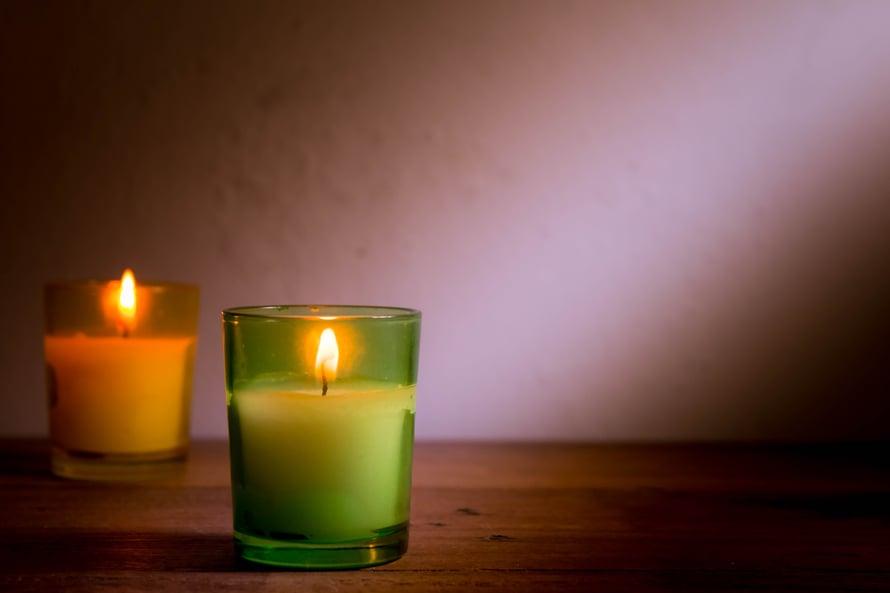Kynttilöiden polttamisesta syntyy pienhiukkasia sisäilmaan, joten kynttilämeri olohuoneessa ei ole hyvä idea. Tunnelmaa saa yhdelläkin tuikulla.