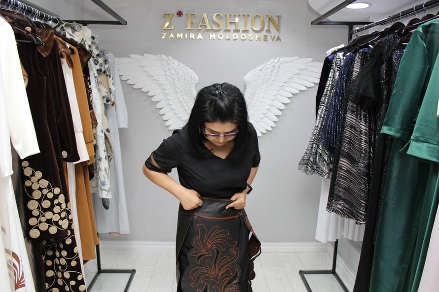 Muotisuunnittelija Zamira Moldoševa järjesti muotinäytöksen yhdessä väkivaltaa kokeneiden naisten kanssa.