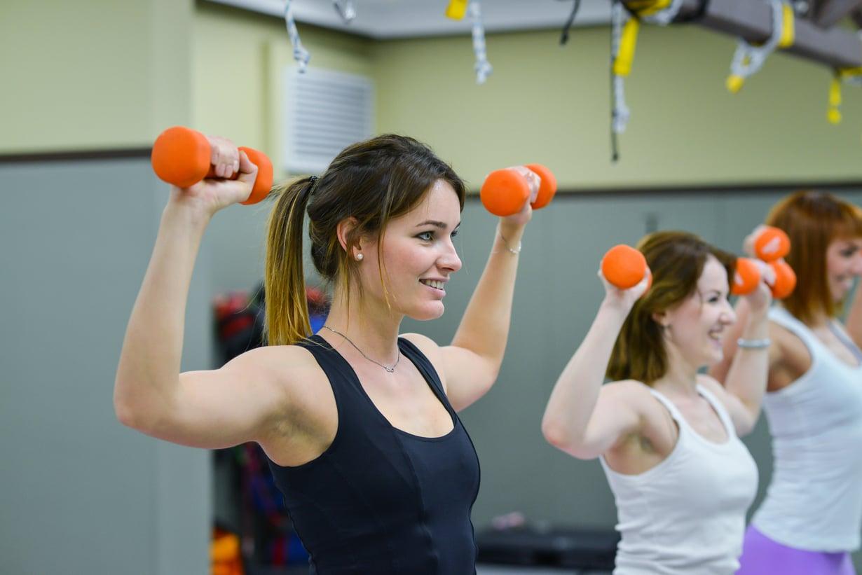 Salilla kannattaa kokeilla rohkeasti myös vapailla painoilla treenaamista – hyödyt ovat sen arvoiset. Kuva: Shutterstock