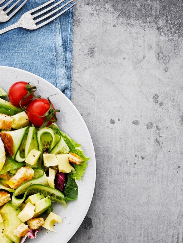Muodikas uppomuna istuu kauniisti salaatin päälle.