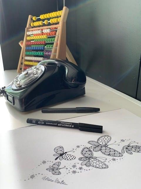 Elina tykkää taiteilla ja piirtää. Autotallissa on siihen hyvin tilaa.