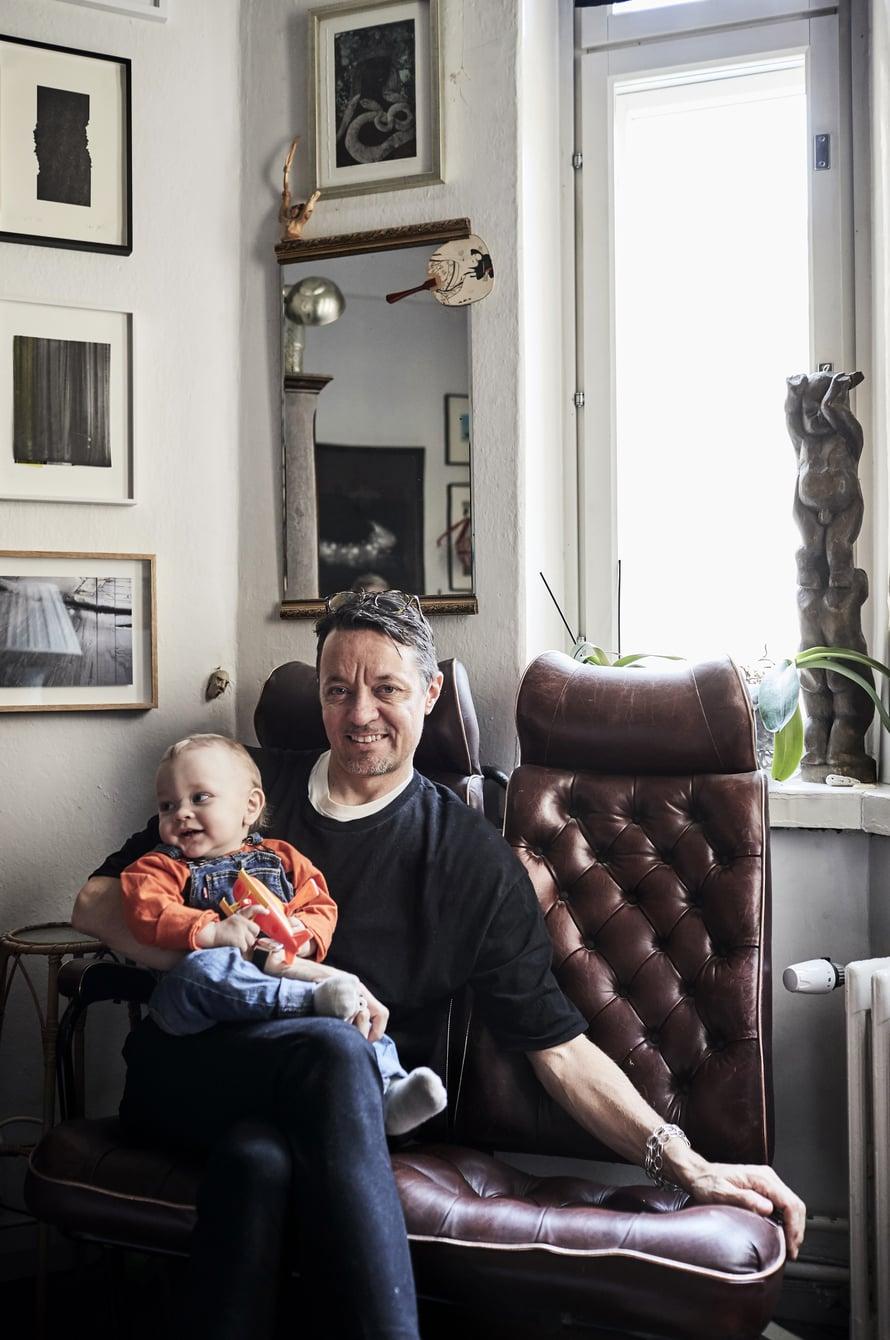 Tietty sattumanvaraisuus luo taiteilija Niko Luoman kotiin ilmapiirin, jossa on hyvä olla ja joka ruokkii luovuutta. Nikon sylissä 1-vuotias Francis.