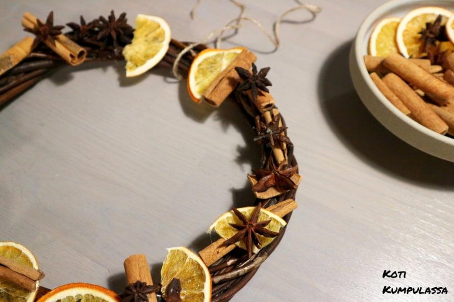Pajukranssi koristeltiin lasten toimesta samaisilla appelsiiniviipaleilla, kanelitangoilla ja tähtianiksilla.