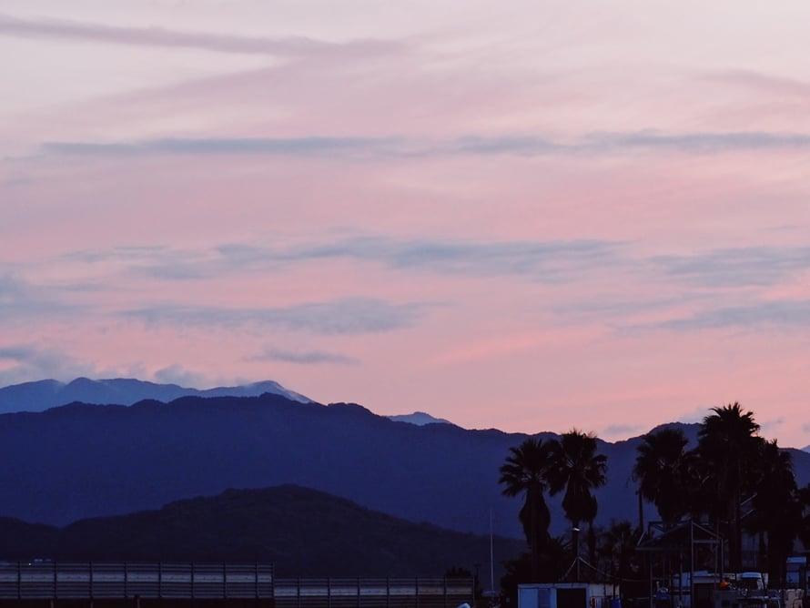 Fukuokan vuorten taustalla on kaunis vaaleanpunainen utu auringonlaskun jälkeen.