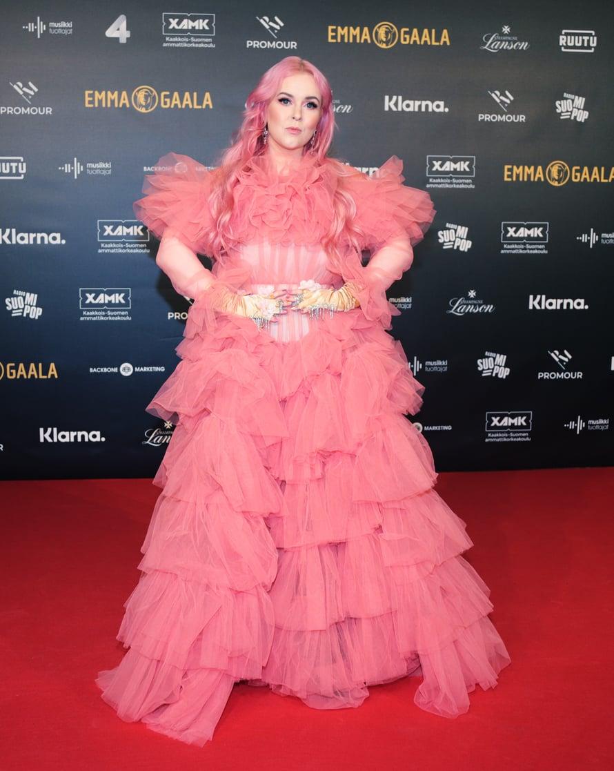 Vuoden naissolisti -Emmalla palkittu Ellinoora edusti vaaleanpunaisessa tylliunelmassa.