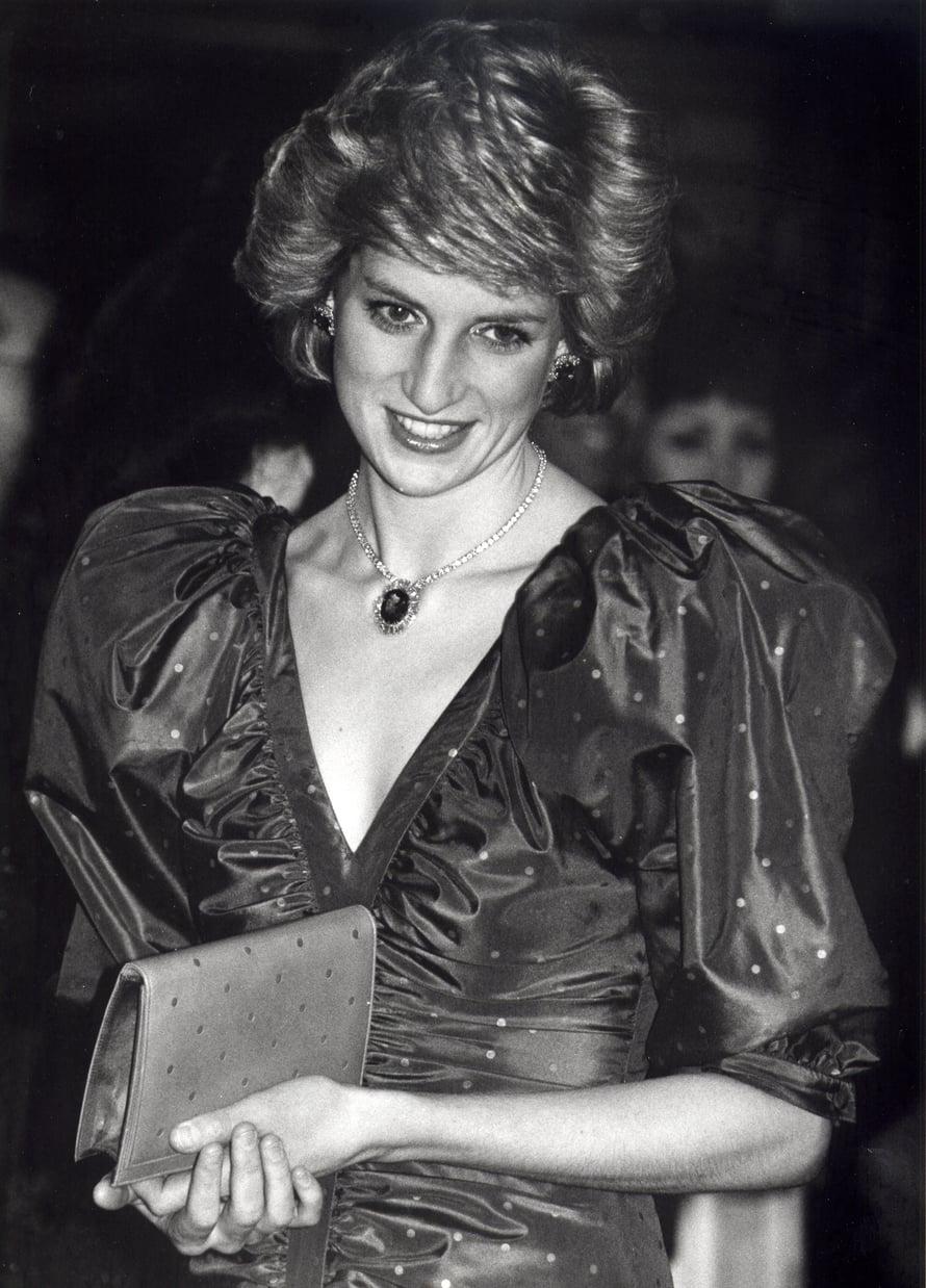 Juhlatyyli vuodelta 1986. Rento, föönattu tyyli yhdistettynä näyttäviin koruihin toimi myös prameammissa tilaisuuksissa.