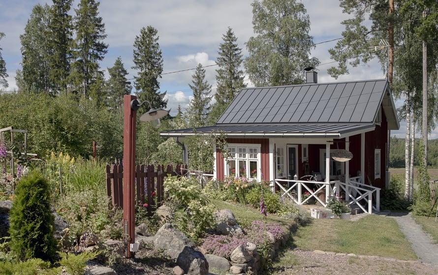 Elinan kesäpaikka on rakennettu vuonna 1948 vakituiseksi asunnoksi. Pihapiirissä on ulkorakennus, jossa on ollut navetta ja ulkohuussi.